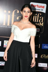 amyra dastur hot at iifa awards 2017 MGK_16290015