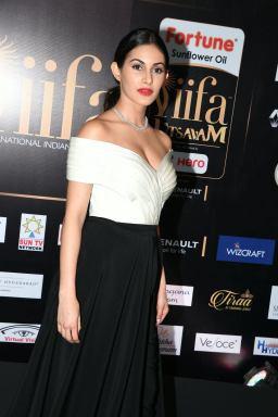 amyra dastur hot at iifa awards 2017 MGK_16370023