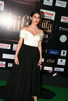 amyra dastur hot at iifa awards 2017 MGK_16400026