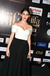 amyra dastur hot at iifa awards 2017 MGK_16410027