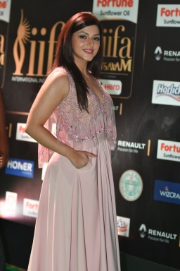 mehreen pirzada kaur hot at iifa awards 2017 HAR_58740008