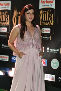 mehreen pirzada kaur hot at iifa awards 2017 HAR_58760010