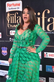 mumaith khan hot at iifa awards 2017 DSC_15950649_wm