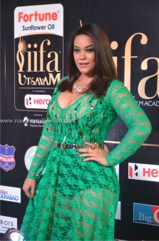 mumaith khan hot at iifa awards 2017 DSC_15970651_wm