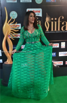 mumaith khan hot at iifa awards 2017 DSC_16130667_wm