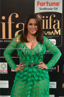 mumaith khan hot at iifa awards 2017 DSC_16960747_wm