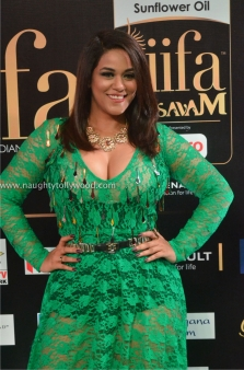 mumaith khan hot at iifa awards 2017 DSC_17060757_wm