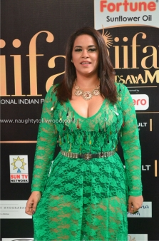 mumaith khan hot at iifa awards 2017 DSC_17120763_wm