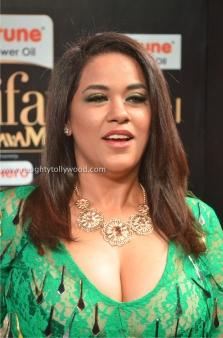 mumaith khan hot at iifa awards 2017 DSC_17200771_wm