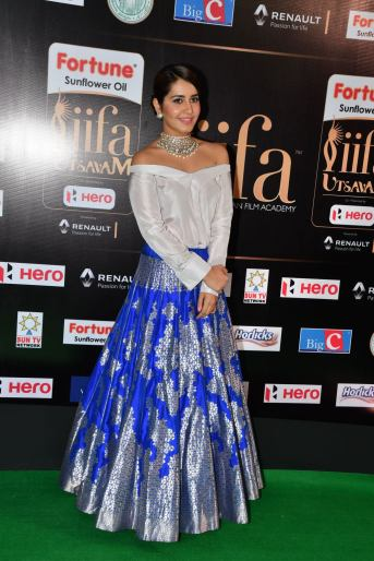 rashi khanna hot at iifa awards 2017HAR_45270004