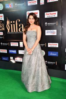 RASHI KHANNA hot at iifa awards 2017HAR_61060058