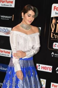 rashi khanna hot at iifa awards 2017MGK_08940034