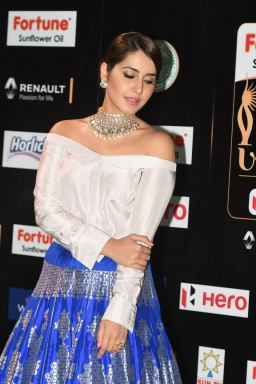 rashi khanna hot at iifa awards 2017MGK_08980038