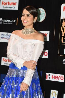 rashi khanna hot at iifa awards 2017MGK_09010041