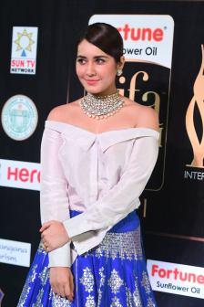 rashi khanna hot at iifa awards 2017MGK_09230043
