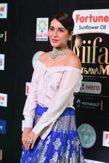 rashi khanna hot at iifa awards 2017MGK_09270047