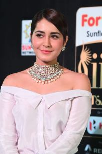 rashi khanna hot at iifa awards 2017MGK_09360056