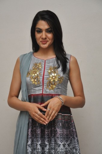 Sakshi Chowdary (34)