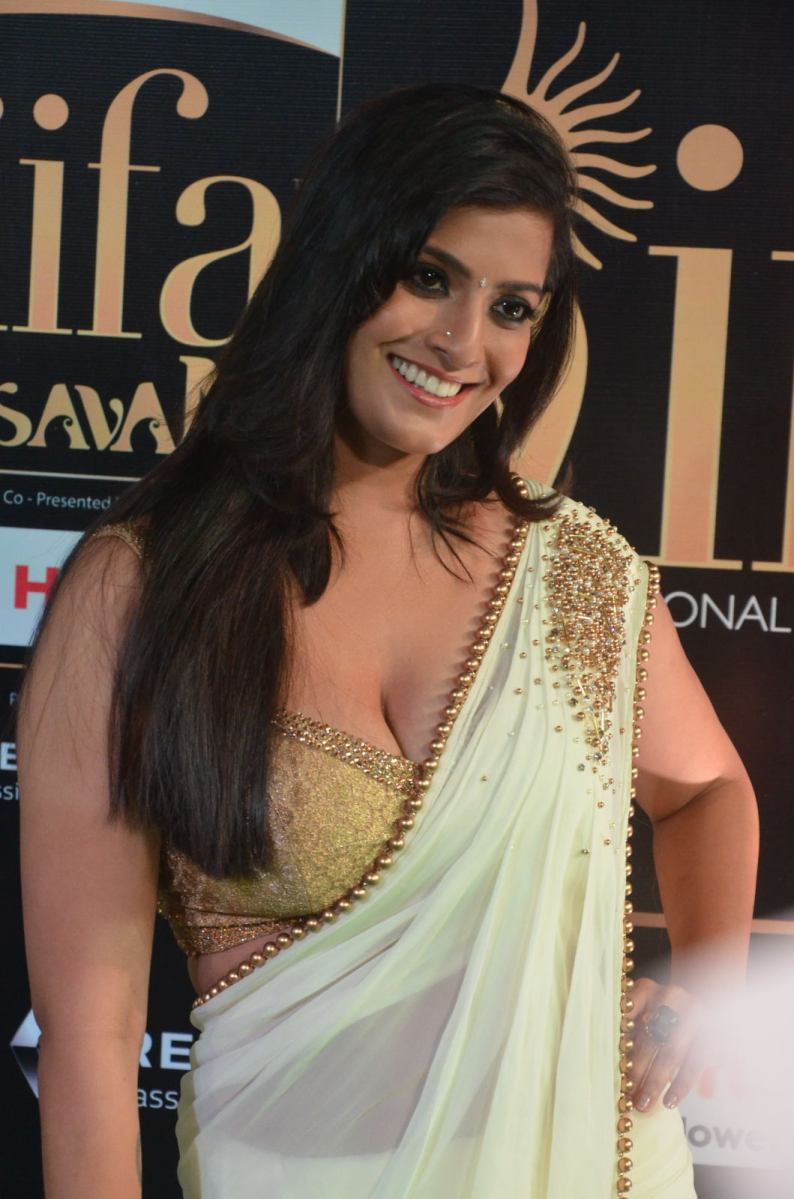 varalakshmi sarathkumar hot in iifa 2017 slide show