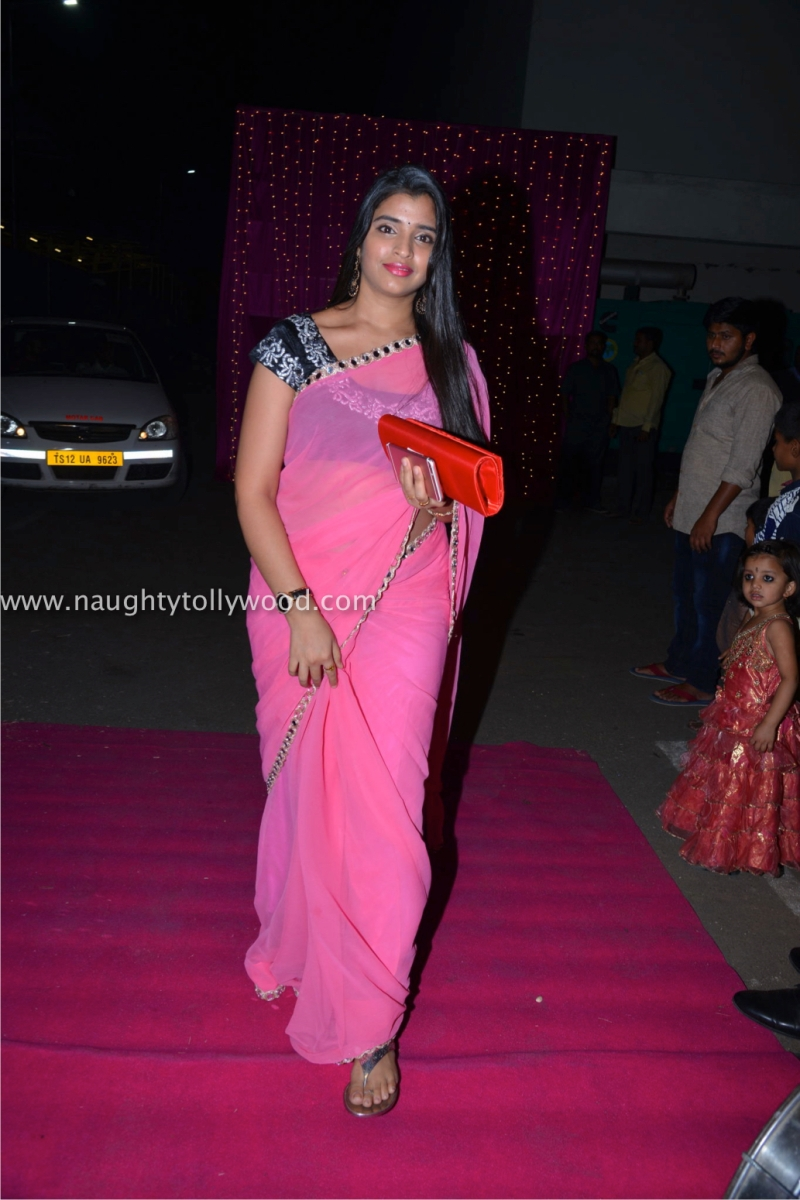 Anchor shyamala in pink saree at zee apsara awards 2017