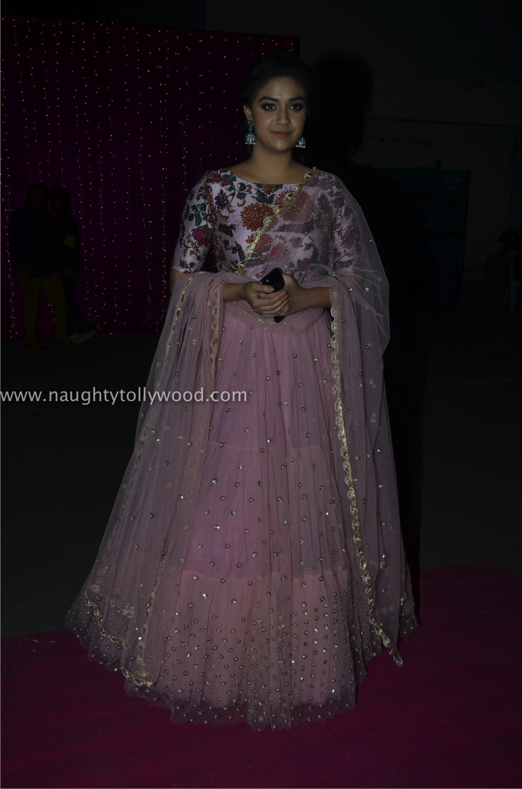 keerthi suresh hot at zee apsara awards00001_wm
