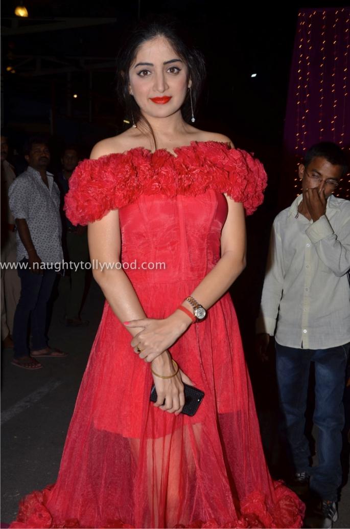 Poonam Kaur hot at zee apsara awards00002_wm